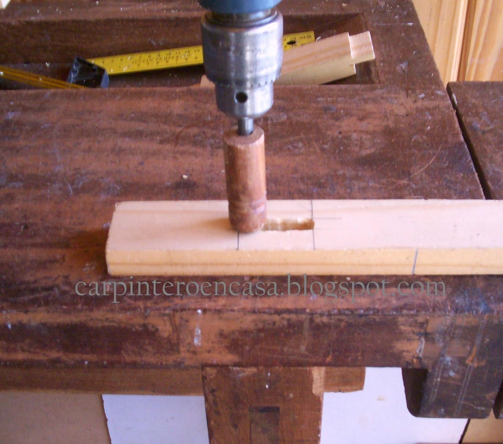 Carpintero en casa caja y espiga 2 - Taladro de la madera ...