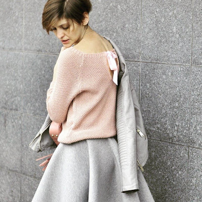 projektanci, butki, stylistka, osobista stylistka, butik poznan, poznań streetstyle, streetstyle, grey, powder pink, casual style, sweter z kokardką,