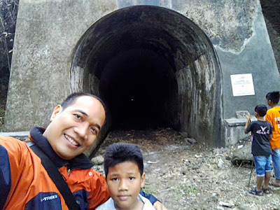 Bersama si Bungsu di Terowongan kereta api Wilhelmina atau Sumber.