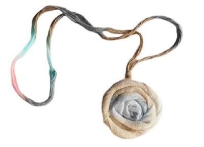 9 Colgantes de bisutería a base de flores de tela