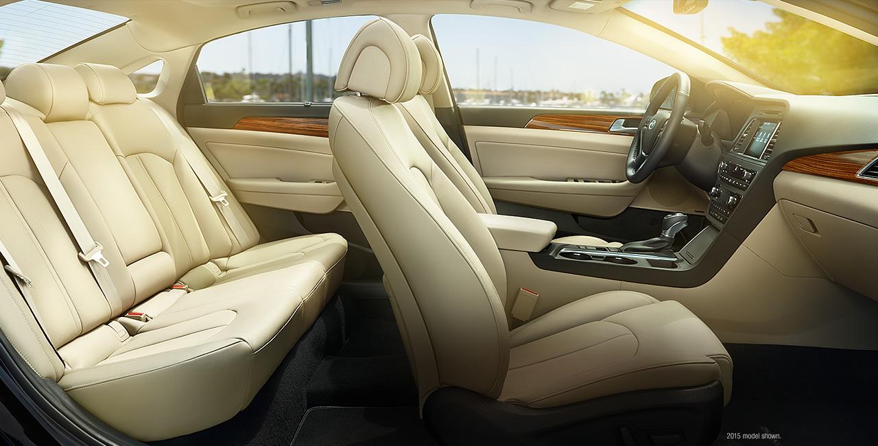 Nội thất của xe rộng rãi, thoải mái cho 5 người với nhiều hỗ trợ cao cấp như một dòng xe hạng sang