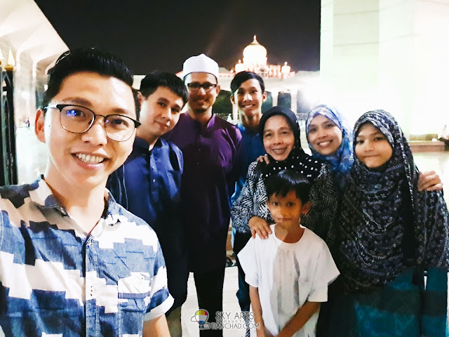 A #TCSelfie taken with Iman and his family after iftar together in Putra Mosque