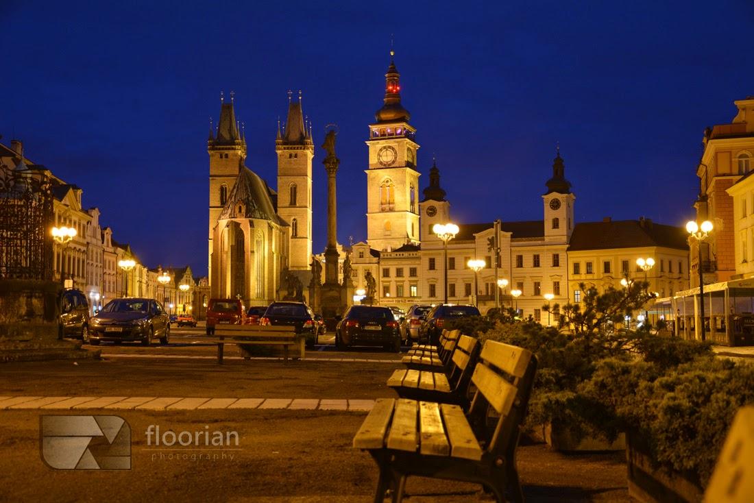 Hradec Králové - Velké náměstí (Duży Rynek) nocą.