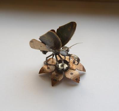 Mariposa robot hecha con material reciclado