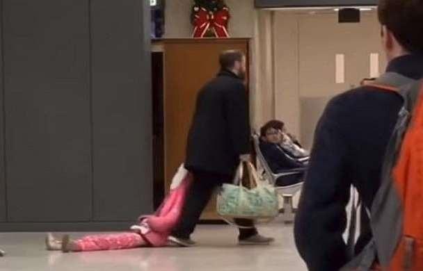 شاهد: أب يسحل ابنته خلفه في أروقة مطار دالاس في واشنطن!