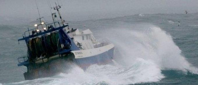 Des pêcheurs Marocains portent secours à des confrères Algériens en dérive.