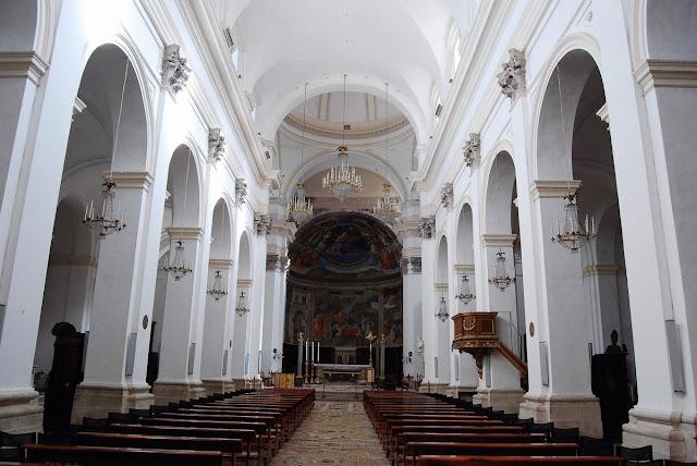 la nef dépouillée est une modification tardive du XVIIème, seul le sol est d'époque