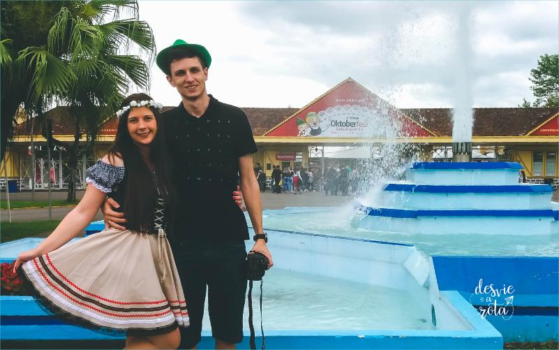 Casal na entrada do Parque da Oktoberfest