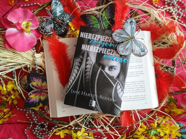 """Wspólny projekt, przyjaźń i tajemnica, czyli recenzja powieści Jane Harvey - Berrick pt.""""Niezbepiczna znajmość. niebezpieczna miłość"""""""