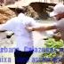 [Vídeo] Moradores fazem protesto contra políticos jogando homem em canal de esgoto