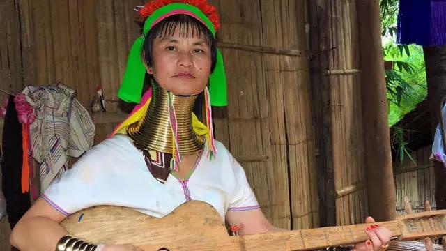 Tradisi Wanita Harus Berleher Panjang
