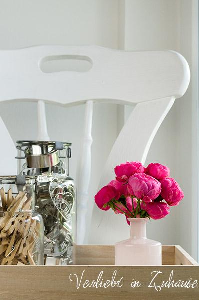 Deko-Set: Strauß Rosen auf Tablett neben Vorratsgläsern (Hübsch Interior)
