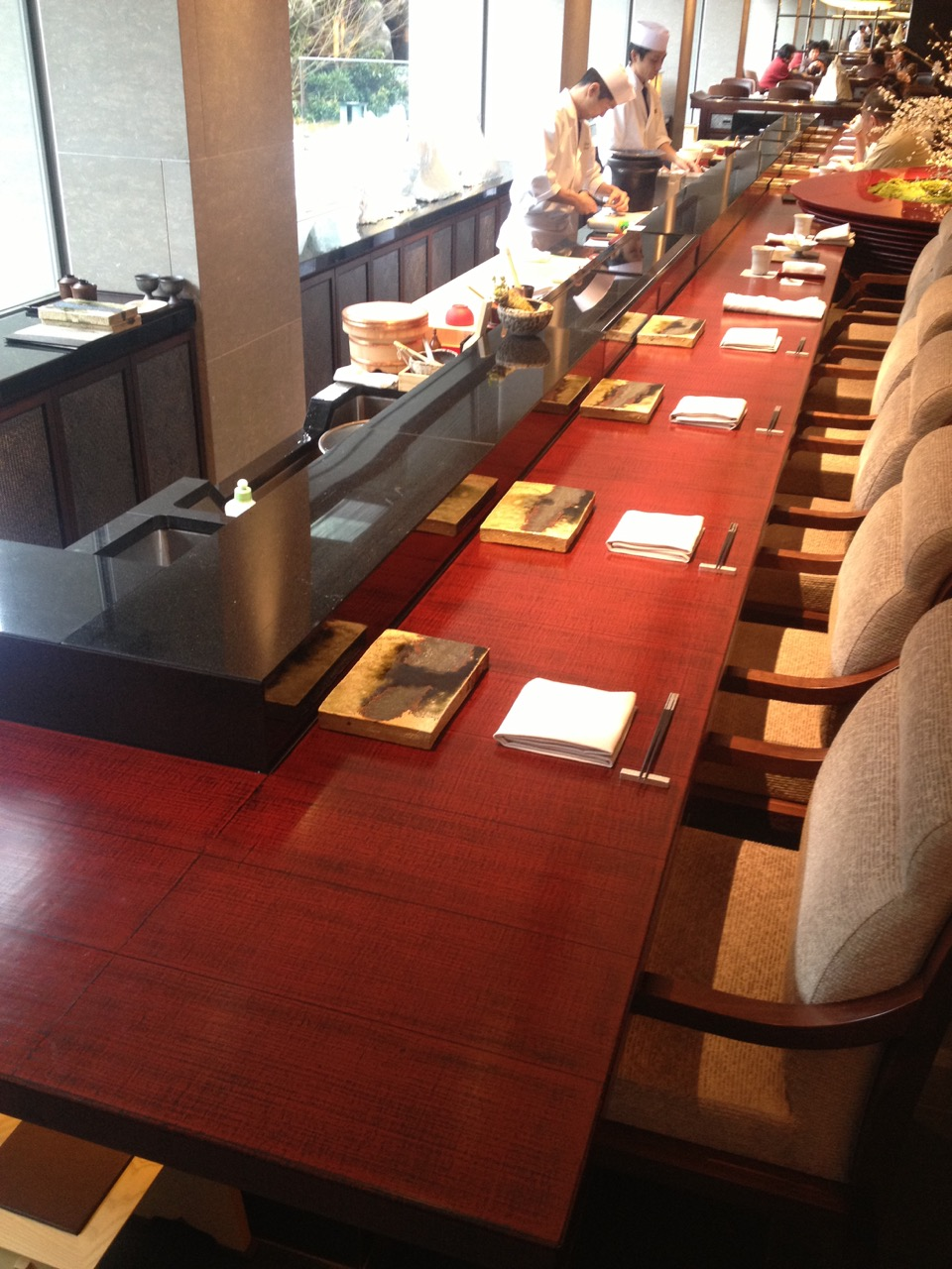 the living room with sky bar %e3%83%90%e3%82%a4%e3%83%88 rooms rugs from noto 2016 ritz carlton kyoto sushi hard wearing counter of cloth