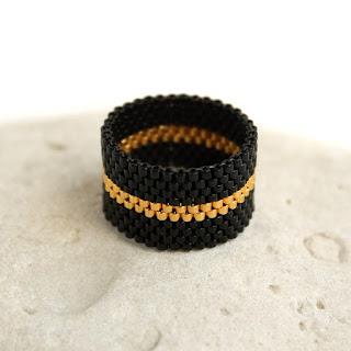 Купить широкое черное кольцо на палец. Стильное женское кольцо из бисера. Интернет-магазин авторской бижутерии из бисера.