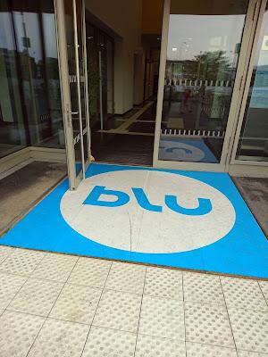"""""""blu""""-Matte im Eingangsbereich."""