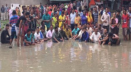 इंदौर में भाजपा नेताओं ने किया कीचड़ सत्याग्रह