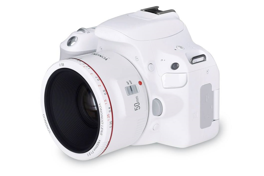 Объектив Yongnuo YN 50mm f/1.8 II белого цвета установлен на камеру белого цвета