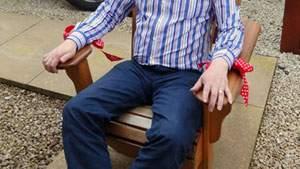 Duduk di kursi untuk merasakan gerakan otot panggul, gerakan otot di sekitar anus