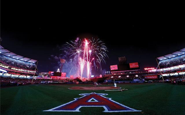 Noite no Angel Stadium em Anaheim