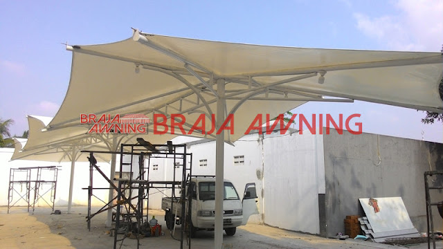Tenda membrane dengan kanopi kain di daerah umum Tenda membrane dengan kanopi kain di daerah umum