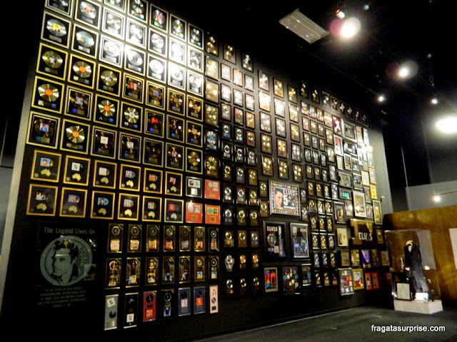 Discos de ouro e platina conquistados por Elvis Presley expostos no museu de Graceland
