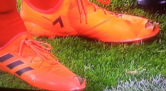 Model Baru Sepatu Bola Bolong Di Bagian Jempolnya Terlihat Di Laga Dortmund vs Bayern