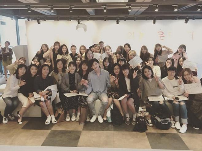 Sao Hàn 19/4: Sulli khoe nhan sắc trong ảnh hậu trường, Na Yeon xụ mặt cute