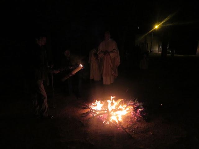 Osternacht in Esmoraca Bolivien, das entzünden der Osterkerze.