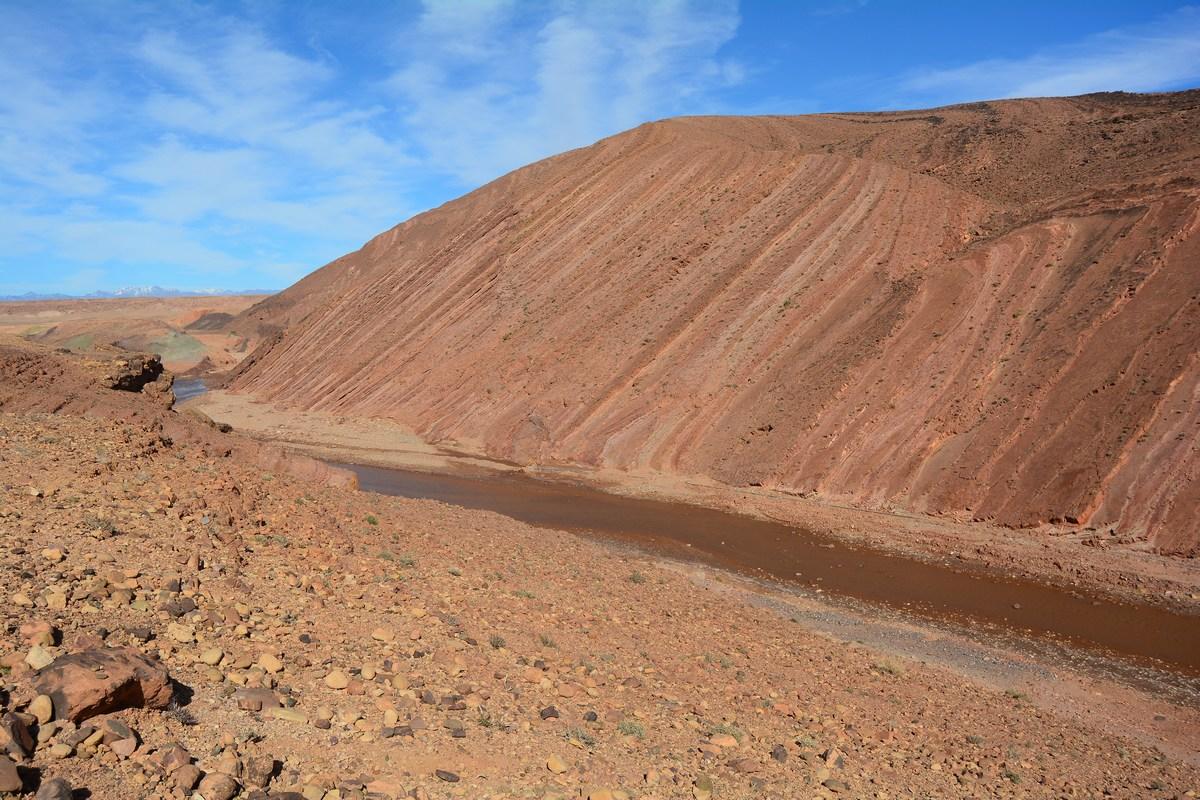 le superbe pli ocre dans la montagne quelques kilomètres avant de parvenir au ksar