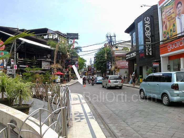 Be careful, dangerous hole in the middle of the street, in front of the Bali Bombing Monument in Jalan Legian Kuta