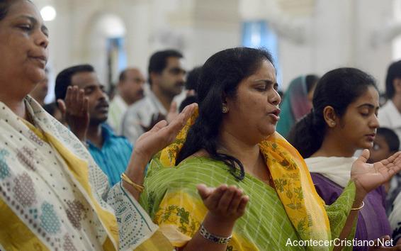 Cristianos adorando a Dios en una iglesia en India