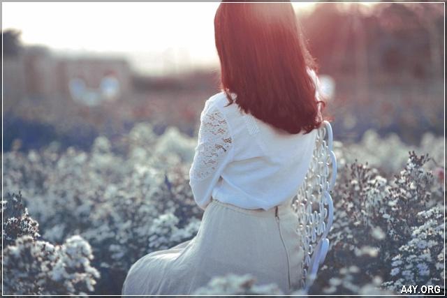 ảnh cô gái ngồi 1 mình giữa vườn hoa buồn