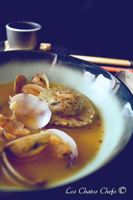 Caldo de pescado, raviolis de algas rellenos de cigalas