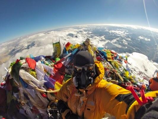 15. Selfi di Puncak Gunung Everest