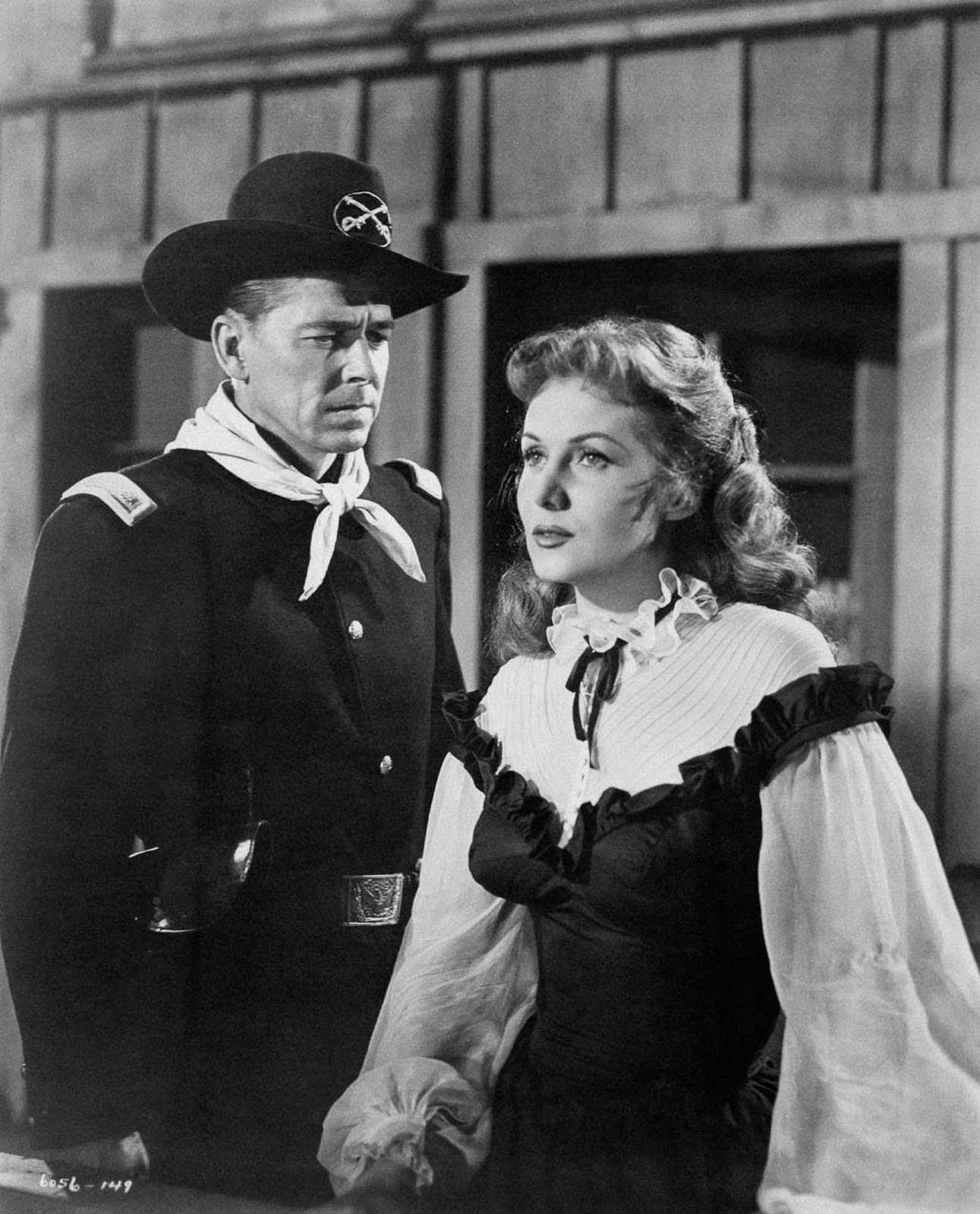 Reagan actúa con Rhonda Fleming en The Last Outpost. 1951.