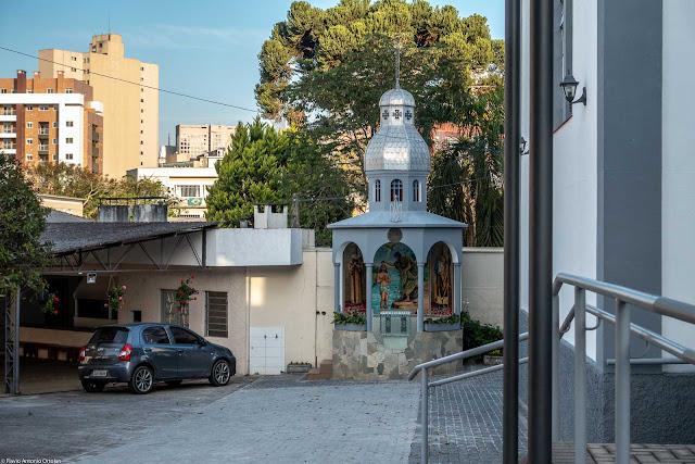 Igreja da Paróquia Nossa Senhora Auxiliadora, da Igreja Greco-Católica Ucraniana localizada na Rua Marim Afonso, em Curitiba. Capelinha ao lado da igreja.