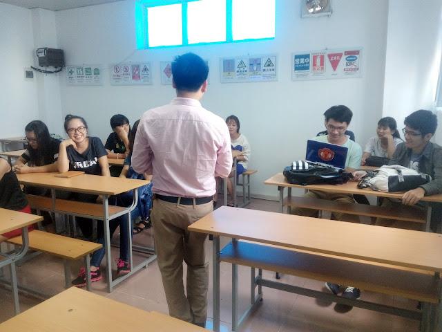 Giảng viên và học viên tại lớp học lập trình drupal