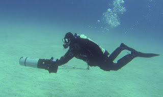 diver using the suex scooter in profile