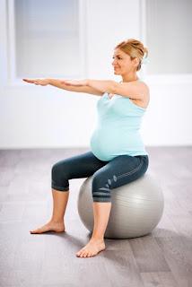 Thể dục dụng cụ với bóng yoga
