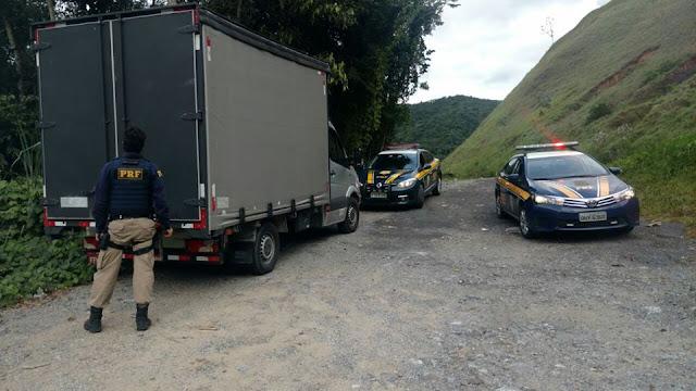 PRF recupera caminhão e carga na Régis Bittencourt em Miracatu