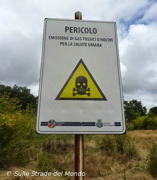 Cartello pericolo gas tossici alla caldara di Manziana