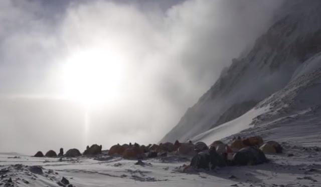 Έβερεστ: Πώς η υψηλότερη κορυφή του κόσμου έγινε ο σκουπιδότοπος των ορειβατών [video]