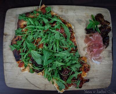 Maślana pizza proscutto z rukolą
