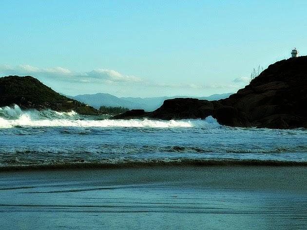 Ilha de Araçatuba (esquerda) e ponta do farol (direita) vistas da Praia de Naufragados [no Extremo Sul de Florianópolis].