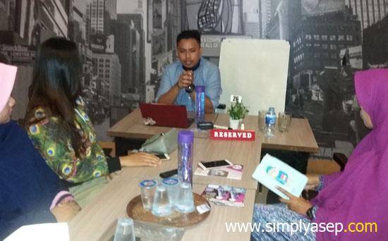 MATERI : Jainuri menjadi HOST di acara Home sharing (HS) Milagros Kagok Edan (KE) Nusantara di Deal Cafe Pontianak hari Sabtu 13 Januari 2018 kemarin. Foto Asep Haryono