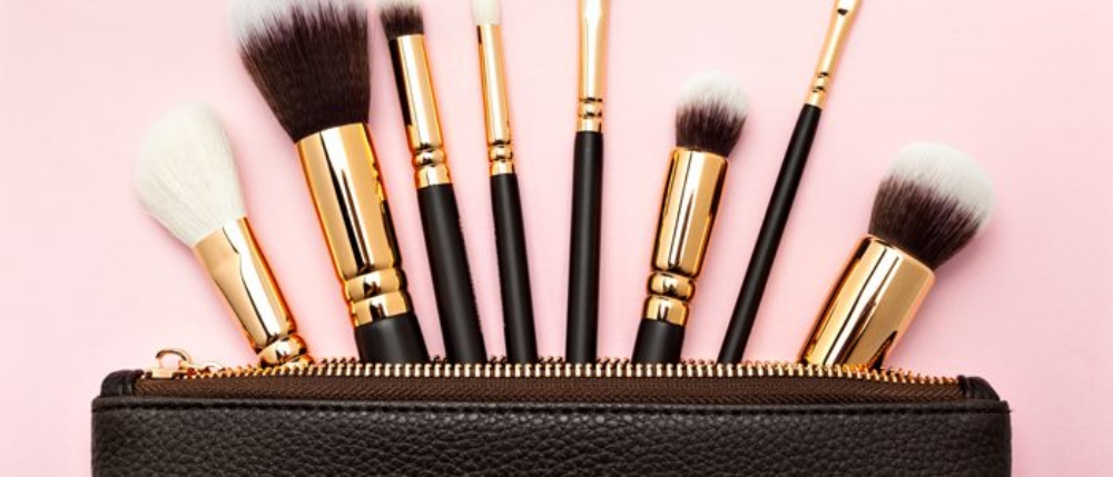 Make-up-Pinsel sollte man regelmäßig reinigen. Sie können sonst Pickel verursachen