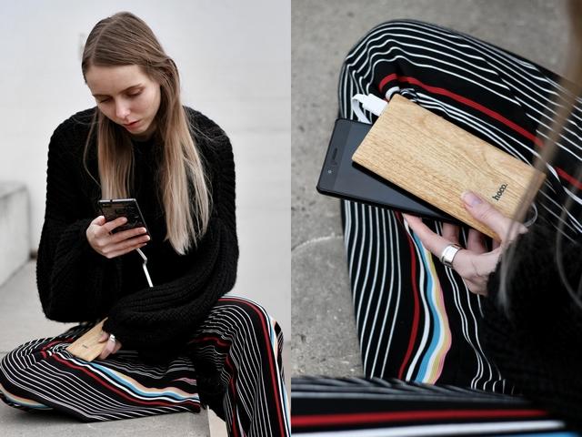 Outfit met gestreepte palazzo pants froufrou's gebreide trui zwarte timberland schoenen en houten powerbank