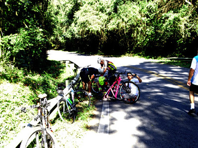 Penélope, a guerreira, e os ciclistas/mecânicos tentando recuperar a bike