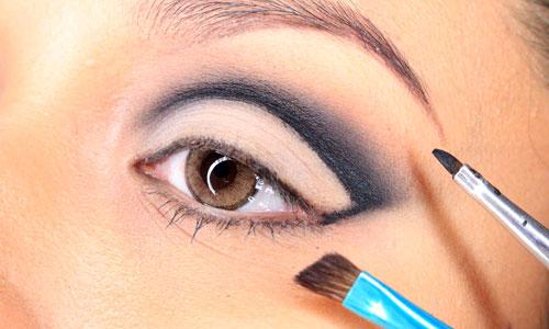 Cuenca del ojo muy marcada en negro con maquillaje
