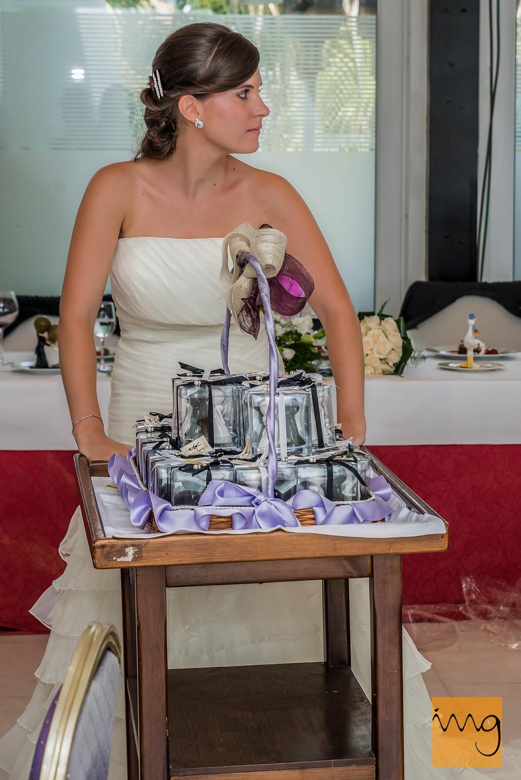 Fotografía de la novia con el carrito de regalos